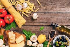 Składniki dla spaghetti z basilem, pomidory, ser na drewnianym tle, odgórny widok, miejsce dla teksta obraz royalty free