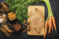 Składniki dla tradycyjnej klasycznej marchewki doprawiali jesień sezonowego kulebiaka: soczyste świeże marchewki, rodzynki, pikan Fotografia Stock
