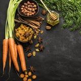 Składniki dla tradycyjnej klasycznej marchewki doprawiali jesień sezonowego kulebiaka: soczyste świeże marchewki, rodzynki, pikan Obraz Royalty Free