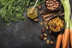 Składniki dla tradycyjnej klasycznej marchewki doprawiali jesień sezonowego kulebiaka: soczyste świeże marchewki, rodzynki, pikan Zdjęcie Royalty Free