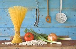 Składniki dla włoskiego naczynia, spaghetti z białymi fasolami zdjęcie royalty free