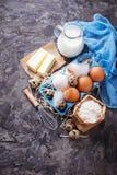 Składniki dla wypiekowego wielkanoc torta Mleko, masło, jajka, mąka zdjęcie stock