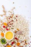 Składniki dla zdrowego śniadaniowego oatmeal, miód, dokrętki, jagody, owoc, Zdjęcia Stock