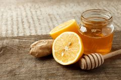 Składniki dla ziołowej medycyny cytryny, imbir, miód Naturalni produkty wspierać system odpornościowego w zimie, rocznika drewnia obrazy stock