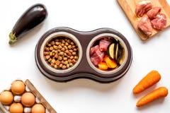 Składniki dla zwierzęcia domowego jedzenia holistycznego odgórnego widoku na białym tle zdjęcia stock