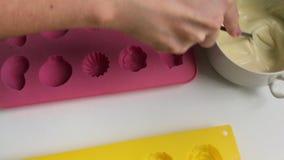 Składniki i naczynia dla robić oszklonych curd bary Kobieta miesza rozciekłą białą czekoladę z łyżką zbiory