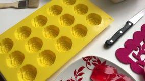 Składniki i naczynia dla robić oszklonych curd bary Kobieta miesza rozciekłą białą czekoladę z łyżką zbiory wideo