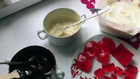 Składniki i naczynia dla robić oszklonych curd bary Kobieta miesza rozciekłą białą czekoladę z łyżką zdjęcie wideo