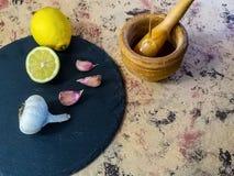 Składniki i naczynia robić majonezowi z czosnkiem w składzie obraz royalty free
