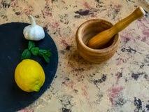 Składniki i naczynia robić majonezowi z czosnkiem w składzie obraz stock