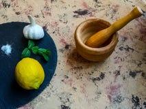 Składniki i naczynia robić majonezowi z czosnkiem w składzie zdjęcia royalty free
