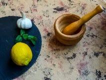 Składniki i naczynia robić majonezowi z czosnkiem w składzie fotografia stock