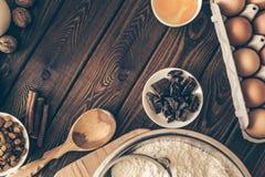 Składniki i narzędzia robić tortowi, mąka, masło, czekolada, jajka, dokrętki Obraz Stock
