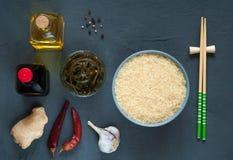 Składniki i pikantność dla kulinarnego azjatykciego jedzenia na ciemnym tła, zdrowego lub kulinarnego pojęciu, odgórny widok, kop obrazy royalty free