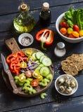 Składniki przygotowywać jarzynowej sałatki - pomidory, ogórek, seler, dzwonkowy pieprz, czerwona cebula, przepiórek jajka, oliwa  Zdjęcie Royalty Free