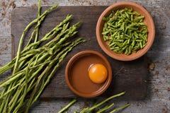Składniki przygotowywać szparagowego omlet Obraz Stock