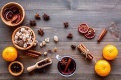 Składniki rozmyślali wino lub grog z pikantność i cytrusem dla zima wieczór Bożenarodzeniowa nowy rok wigilia Drewniany tło wierz Fotografia Stock