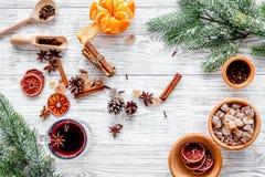 Składniki rozmyślali wino lub grog z pikantność i cytrusem dla zima wieczór Bożenarodzeniowa nowy rok wigilia Drewniany tło wierz Zdjęcia Stock