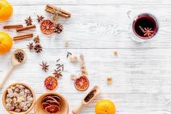 Składniki rozmyślali wino lub grog z pikantność i cytrusem dla zima wieczór Bożenarodzeniowa nowy rok wigilia Drewniany tło wierz Obrazy Stock