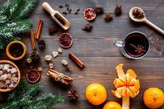 Składniki rozmyślali wino lub grog z pikantność i cytrusem dla zima wieczór Bożenarodzeniowa nowy rok wigilia Drewniany tło wierz Obraz Royalty Free