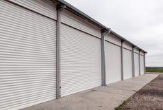 Składowe jednostki z rolkowymi żaluzj drzwiami w przemysłowym terenie Fotografia Royalty Free