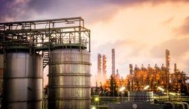 Składowi zbiorniki z zakładu petrochemicznego tłem Zdjęcia Stock