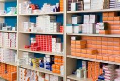 Składowy system nowożytna apteka z towarami w półkach Fotografia Stock
