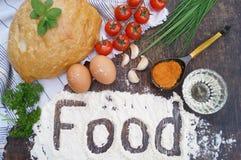 składu jedzenia zieleni słoju oleju oliwka pieprzy czerwień Chleb, pomidory, jajka, masło, mąka, cebula, czosnek, pietruszka, pik Zdjęcia Stock