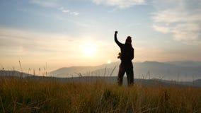 składu konceptualny mężczyzna sylwetki zmierzch odizolowywająca pojęcie czarny wolność zdjęcie wideo