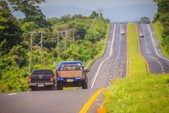 Skłon autostrada z światła słonecznego i zieleni ruchu drogowego wyspą Cztery pas ruchu Obraz Royalty Free