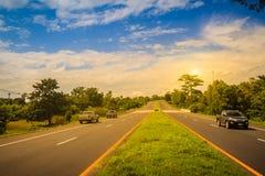 Skłon autostrada z światła słonecznego i zieleni ruchu drogowego wyspą Cztery pas ruchu Zdjęcia Royalty Free