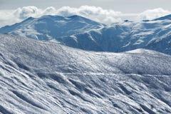 Skłon dla freeriding z śladami od nart, snowboards i śniegu, Zdjęcia Stock