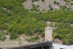 Skłon halny i średniowieczny wierza Martigny, Valais, Szwajcaria Zdjęcia Stock