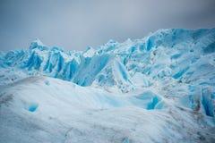 Skłony błękitny lodowiec w świetle słonecznym Shevelev Obrazy Stock