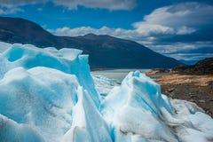 Skłony lodowiec przeciw tłu góra i jezioro Shevelev Zdjęcia Royalty Free
