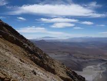Skłony wokoło wulkanu isluga przy chilean altiplano Obrazy Stock