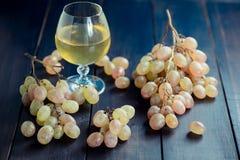 Składów winogrona na czarnym stole Zdjęcia Stock