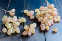 Składów winogrona na czarnym stole Zdjęcie Royalty Free