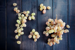 Składów winogrona na czarnym stole Obrazy Royalty Free