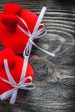 Skład czerwoni tkanin serca na drewnianej deski wakacji concep Zdjęcie Royalty Free