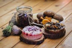 Skład domowej roboty ciasta, wysuszone owoc i jagody, Zdjęcie Royalty Free