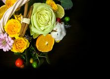 Skład kwiaty i owoc Bukiet na ciemnym tle Zdjęcia Stock