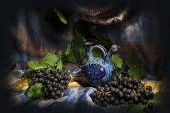 Skład uzbeka tradycyjny wodny naczynie i czarni winogrona obraz stock