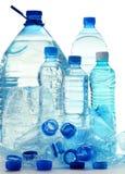 Skład z plastikowymi butelkami woda mineralna Zdjęcia Royalty Free