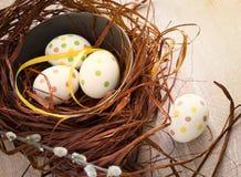 Skład z Wielkanocnymi jajkami w gniazdeczku, na drewnianym batskground Zdjęcie Royalty Free