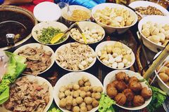 Sk?adnik?w kluski w Tajlandzkiej korzennej Tom polewce z wieprzowin? yum fotografia royalty free