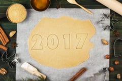 Składniki dla imbirowych ciastek w postaci nowych 2017 rok z Fotografia Royalty Free