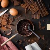 Składniki dla kulinarnego czekoladowego ciasta od above Obrazy Stock