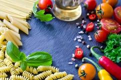 Składniki dla kulinarnego makaronu z warzywa tomatoe i chilis obraz royalty free