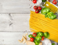 Składniki dla spaghetti kucharstwa: pomidory, basil, parmesan i olej na nieociosanym drewnianym tle, odgórny widok Obraz Stock